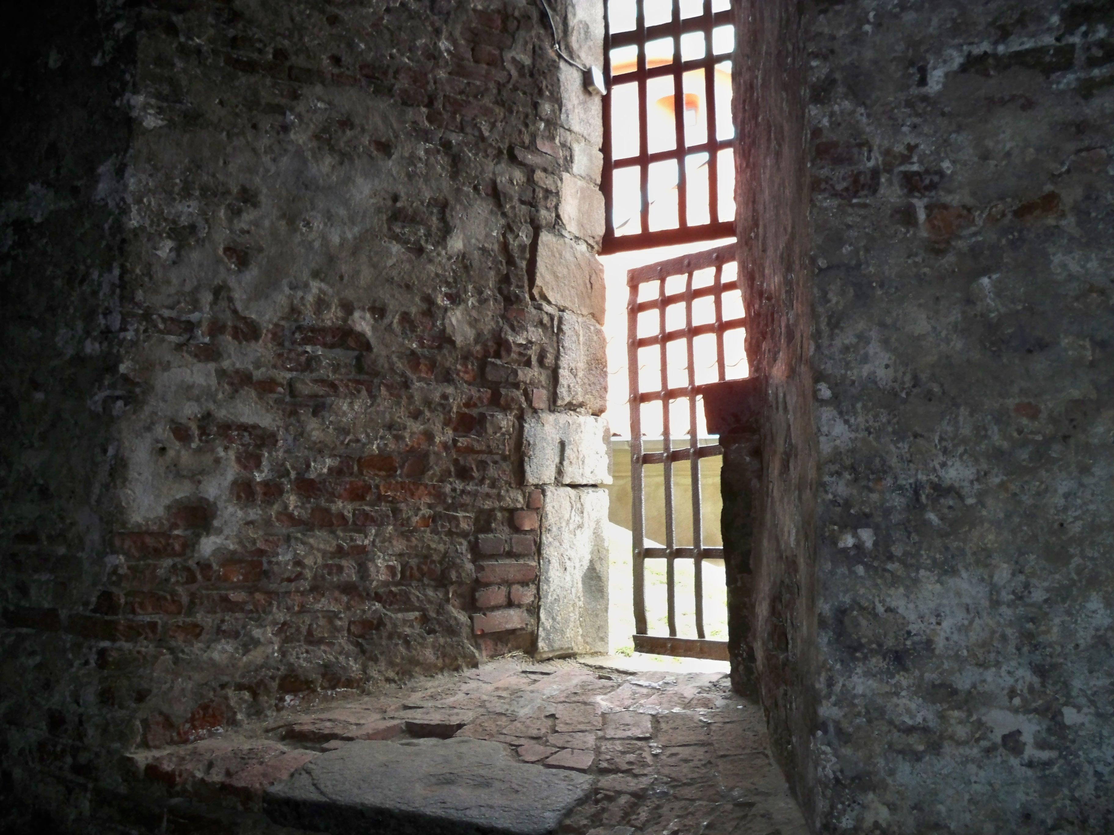 Vergittertes Fenster eines alten Gebäudes - Quelle: WikiCommons