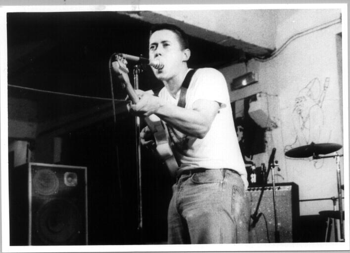 Fermin Muguruza en la época de Kortatu, durante un concierto en el gaztetxe de Egia.