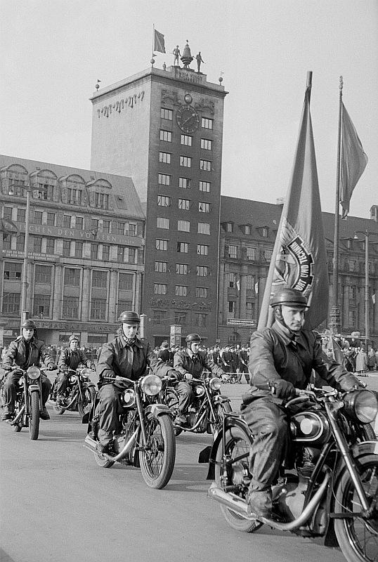 Historique : motos de la GST (RDA) Fotothek_df_roe-neg_0006549_007_Motorradkolonne_der_Gesellschaft_f%C3%BCr_Sport_und_T