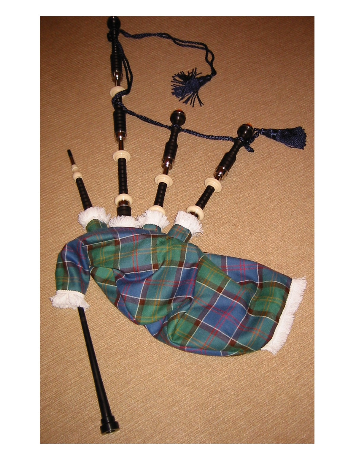 http://upload.wikimedia.org/wikipedia/commons/e/e8/Great_Highlands_Bagpipe.jpg