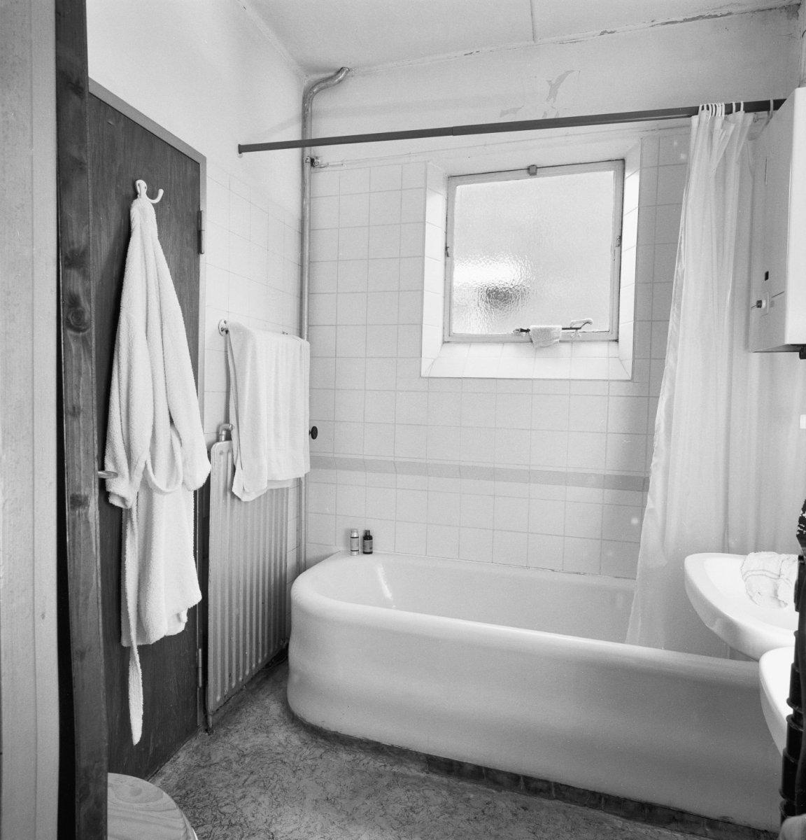 File interieur badkamer met bad utrecht 20340435 wikimedia commons - Interieur badkamer ...
