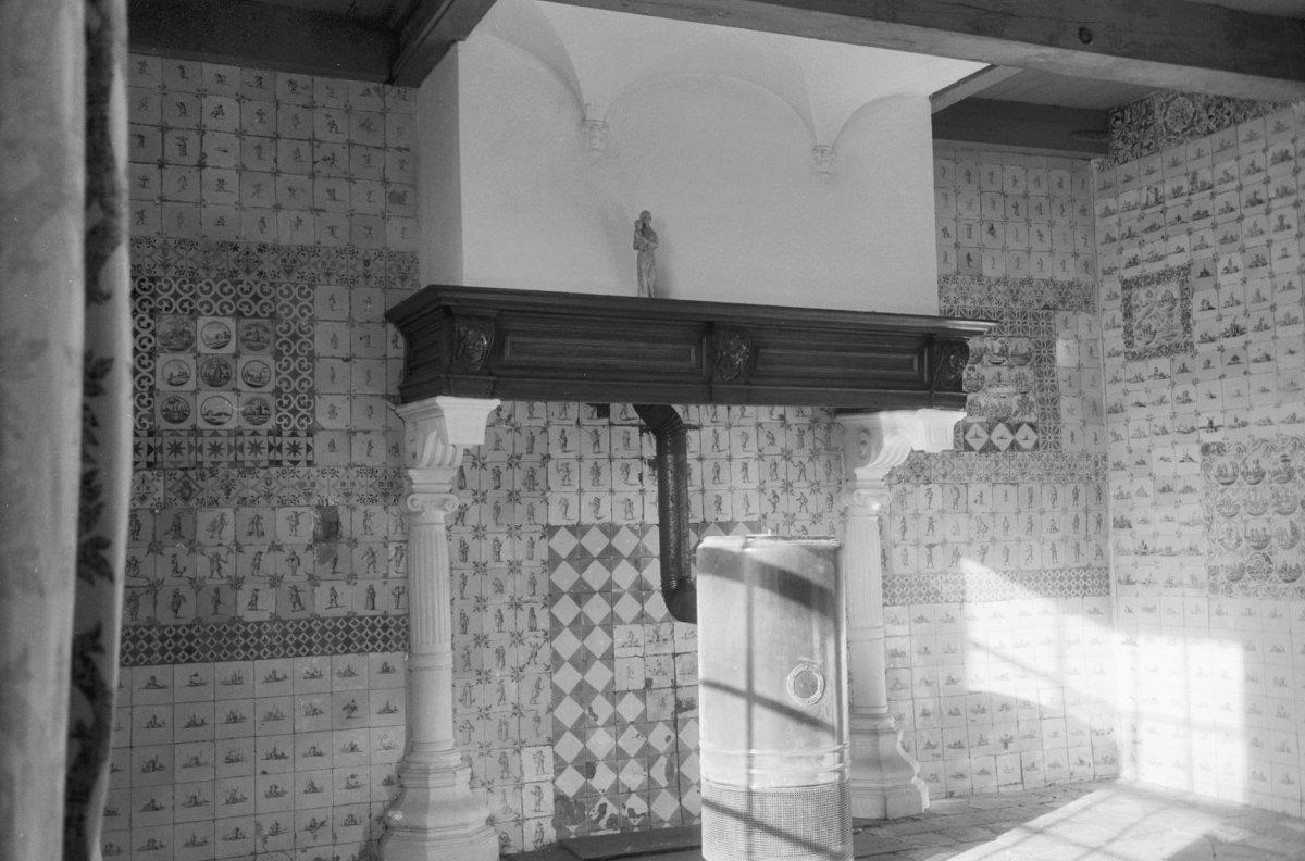 Description Interieur met betegelde wanden, houten schouwmantel die op ...