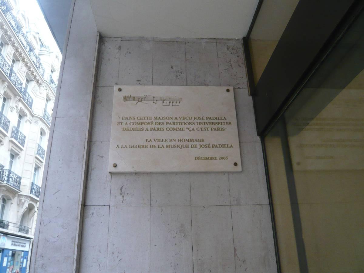 Lápida conmemorativa en su domicilio parisino, en el número 10, rue Pergolèse.