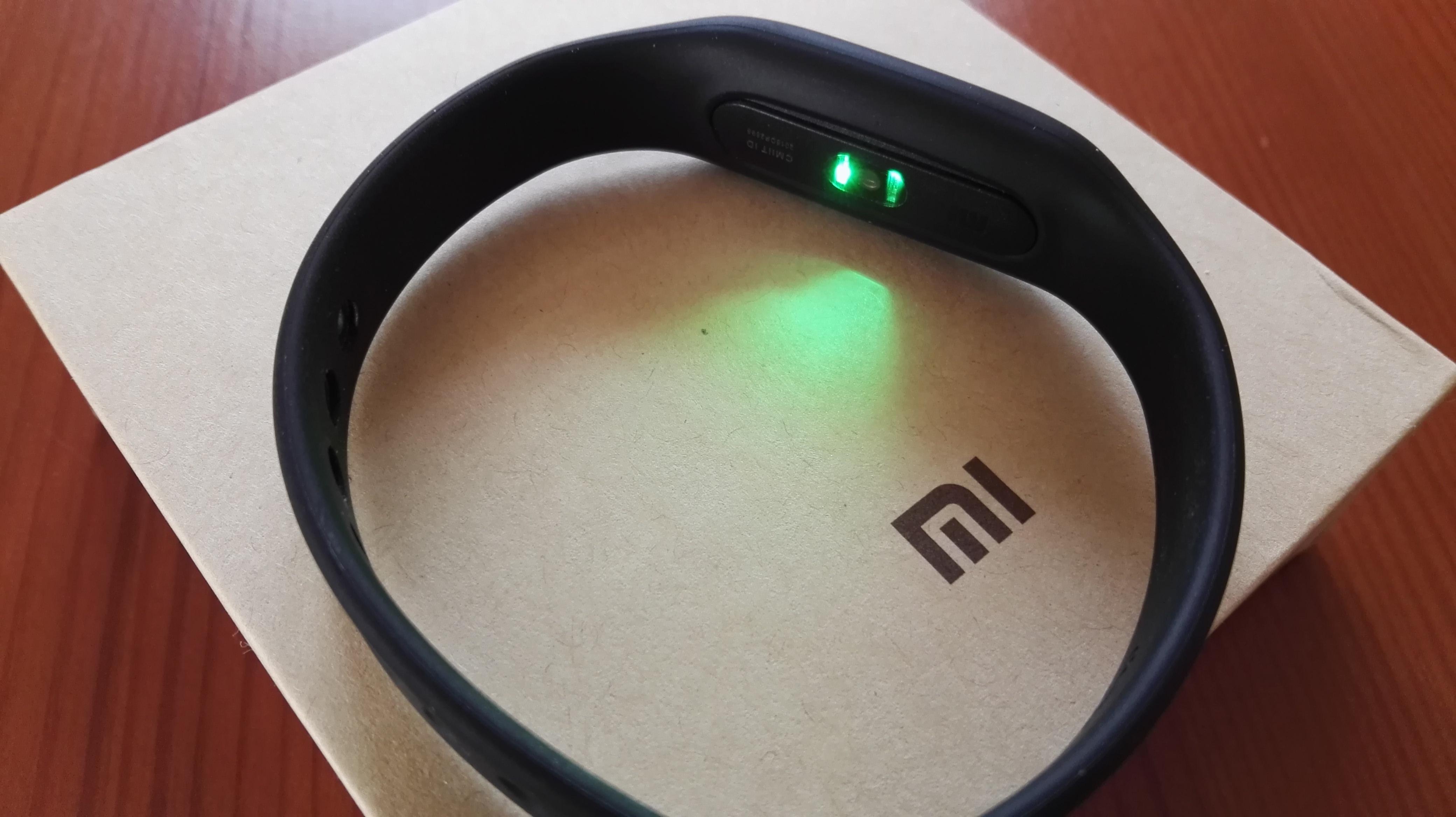 Zdjęcie czujnika tętna w opasce Mi Band 1s podczas pr³by pomiaru tętna