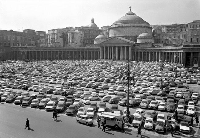Parking géant à Naples sur la Piazza del Plebiscito.