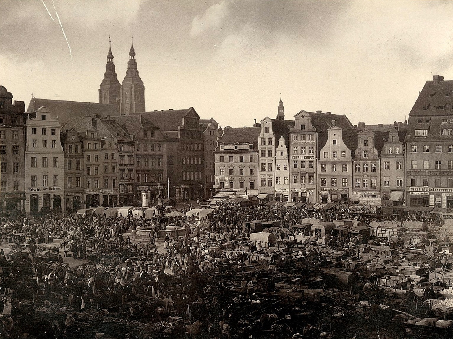https://upload.wikimedia.org/wikipedia/commons/e/e8/New_Market_Square%2C_Plac_Nowy_Targ%2C_Neumarkt_in_Wroc%C5%82aw.jpg