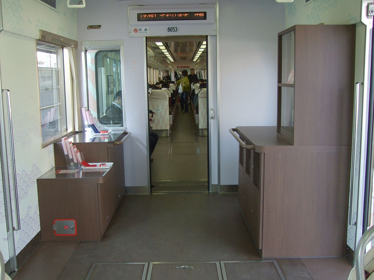 https://upload.wikimedia.org/wikipedia/commons/e/e8/Nishitetsu_8053_inside02.jpg