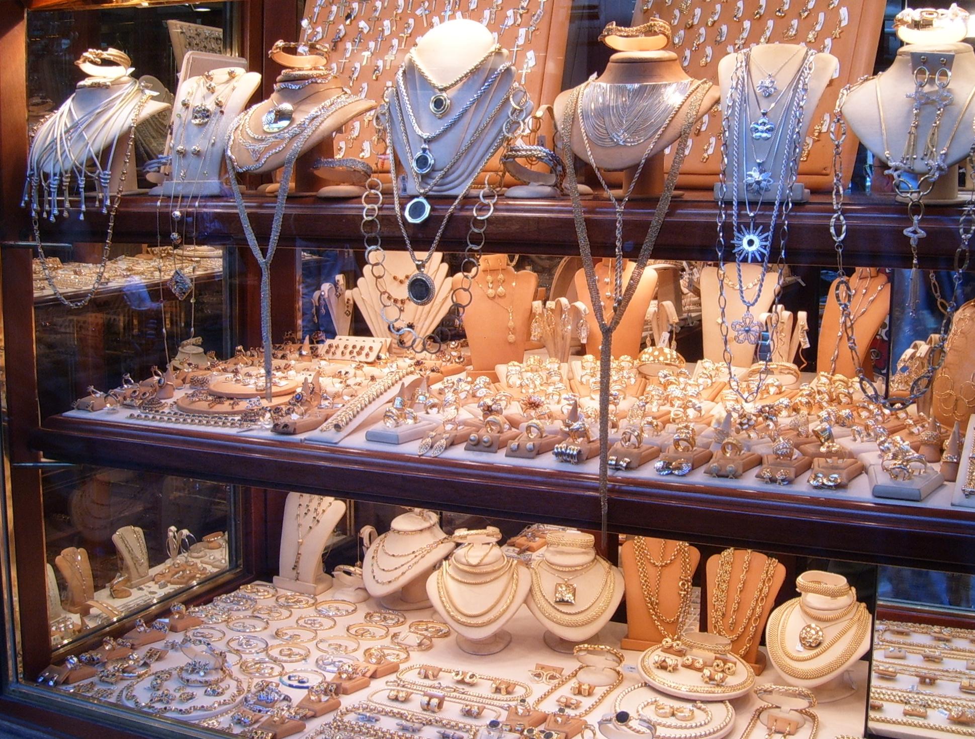 Schaufenster eines Juwelierladens auf dem Ponte Vecchio in Florenz