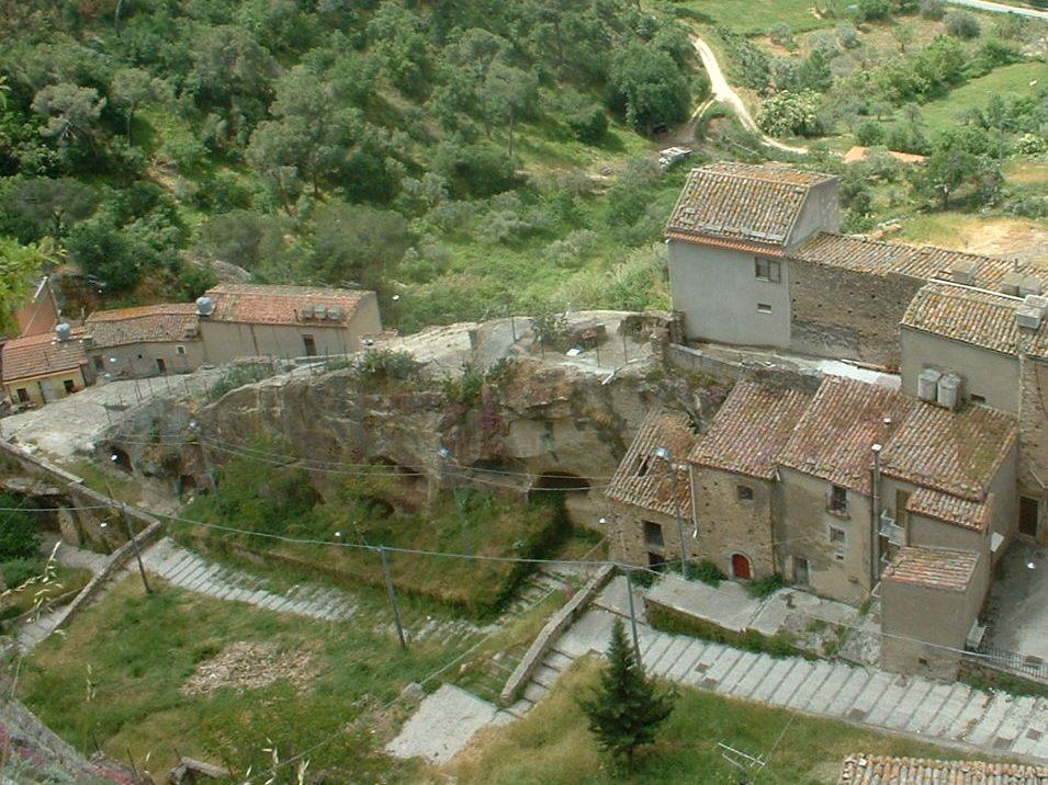 Questa immagine ha l'attributo alt vuoto; il nome del file è Sperlinga_grotte_dal_castello.JPG