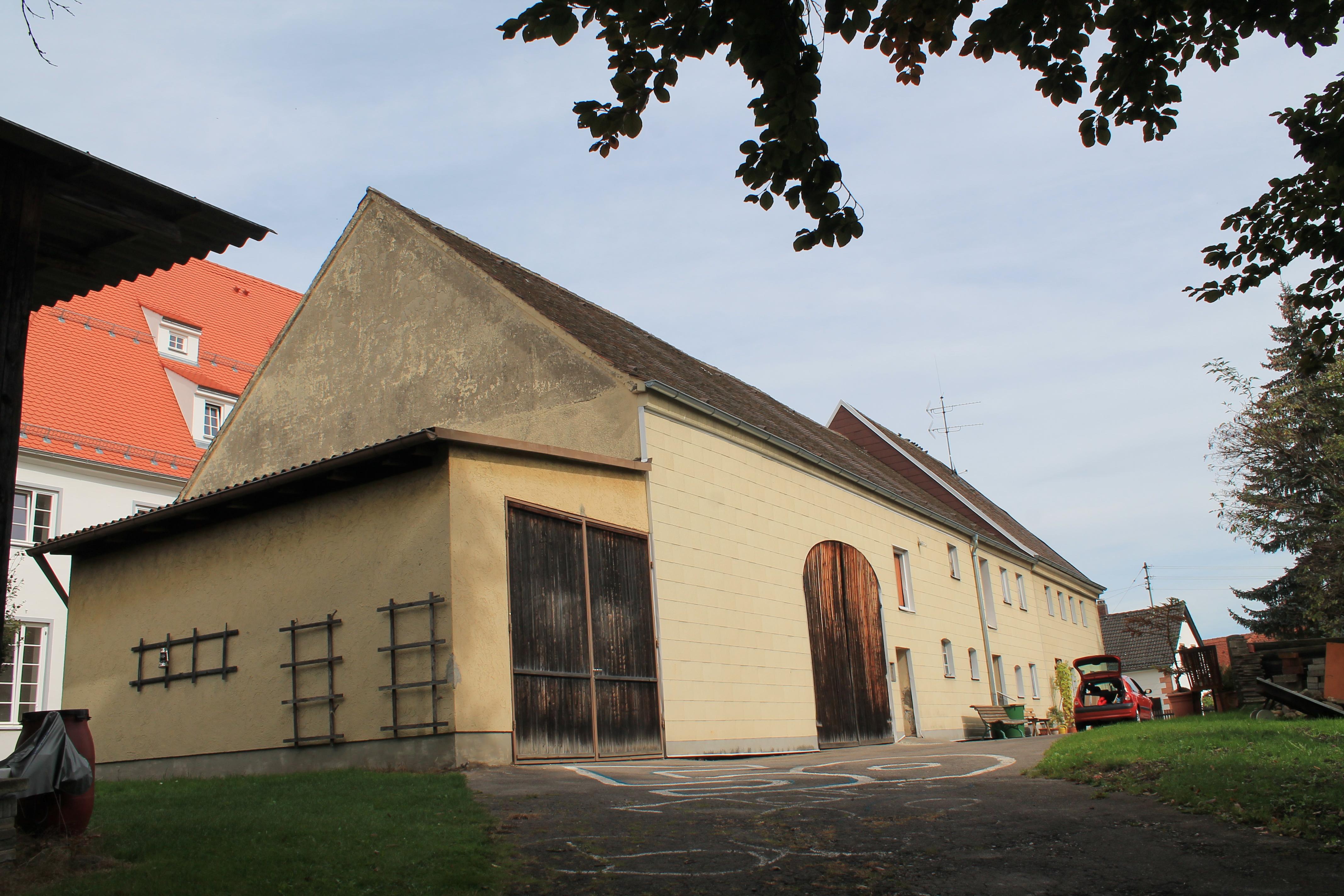 Datei:Stattliches Bauernhaus mit steilem Satteldach, Stadtbergen.JPG ...