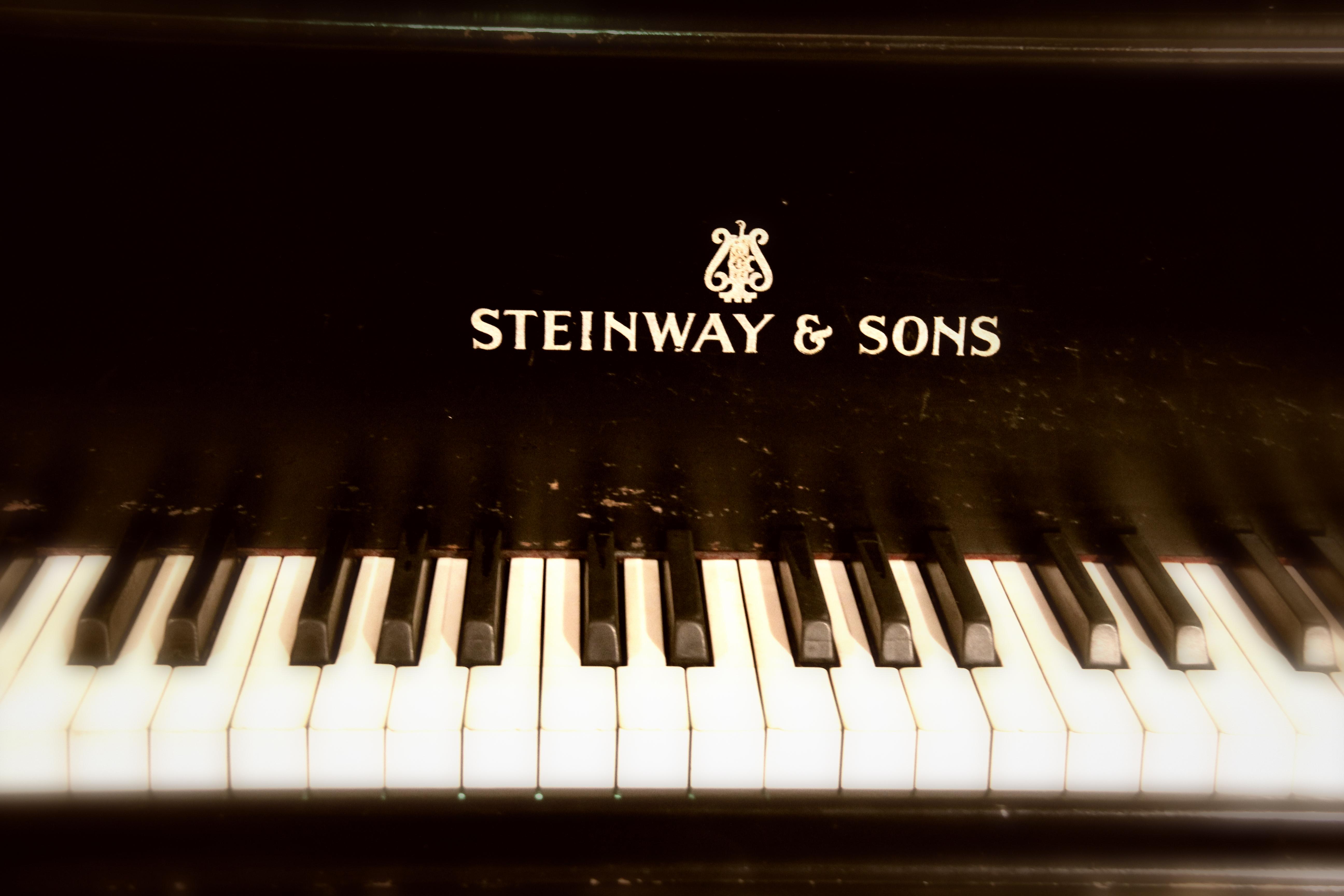 file steinway sons grand piano logo rca studio wikimedia commons. Black Bedroom Furniture Sets. Home Design Ideas