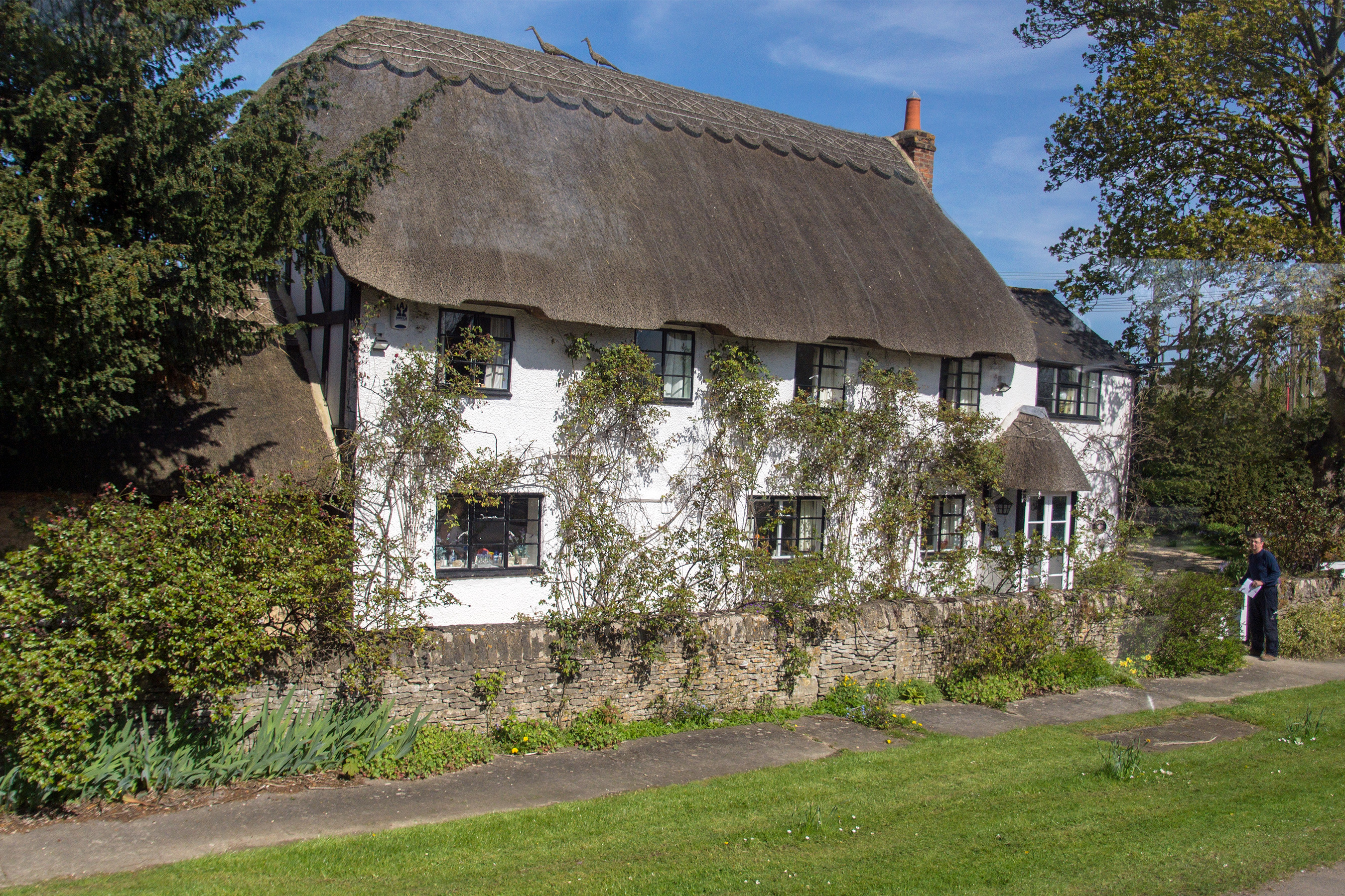 File thatched roof cottage cotswolds england 2016 jpg wikimedia commons - The thatched cottage ...