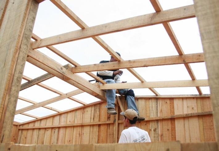 File un joven de utpmp es tratando de terminar de - Construir una vivienda ...