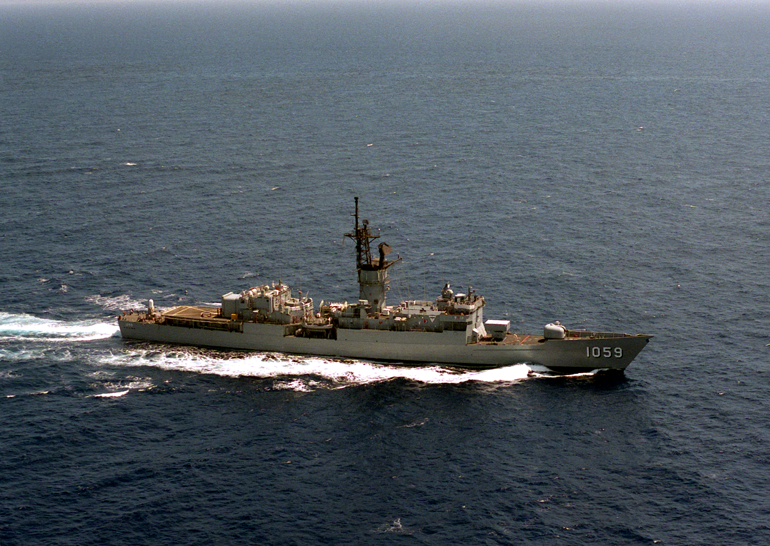 File:USS W. S. Sims (FF-1059) underway in 1987.jpeg