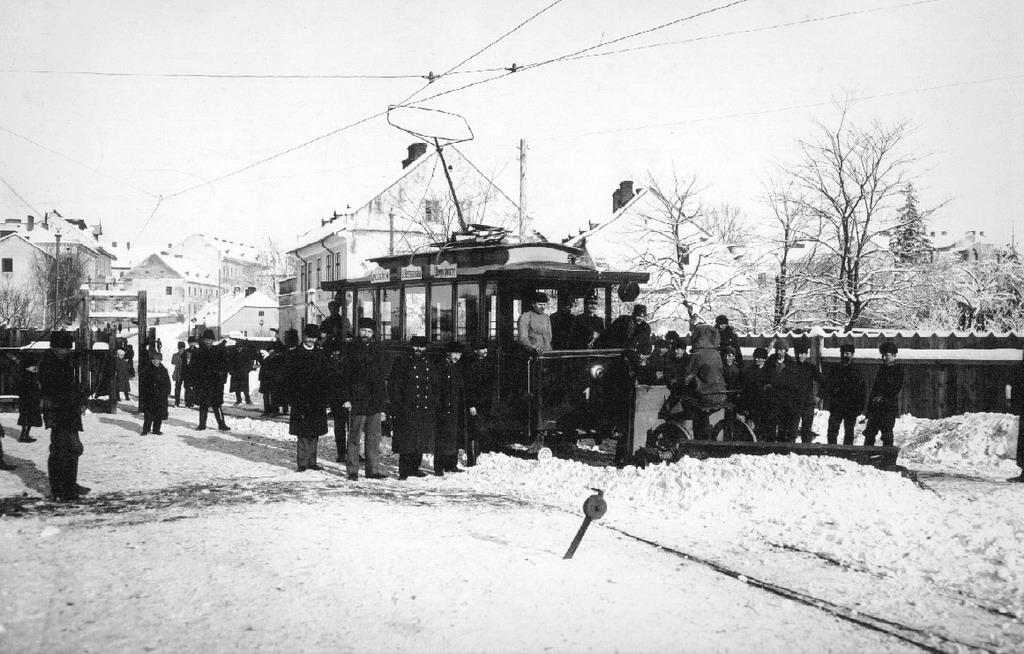 Трамвай поблизу депо (кінець