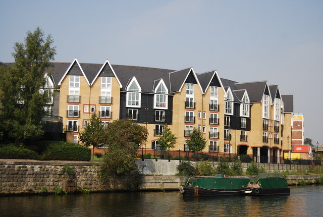 A working narrowboat passes new flats in Maidstone - geograph.org.uk - 1510272