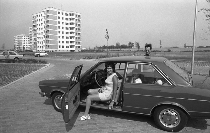 File:Bundesarchiv B 145 Bild-F040746-0034, Wolfsburg, Gastarbeiterfamilie mit ihrem Auto.jpg