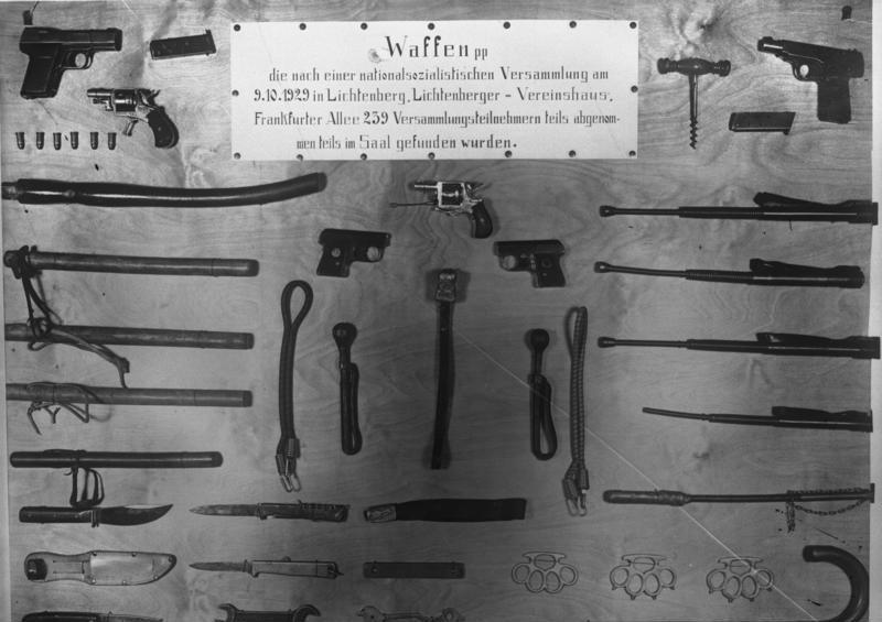 Beschlagnahmte Waffen von NSDAP Versammlungen am 9. Oktober 1929 in Berlin, in einer Landtagsitzung präsentiert