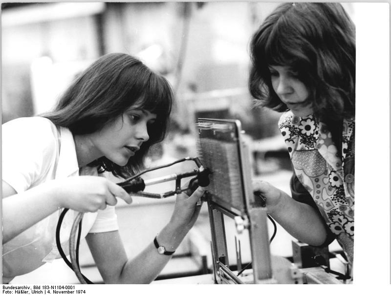 File:Bundesarchiv Bild 183-N1104-0001, VEB Robotron Elektronik ...