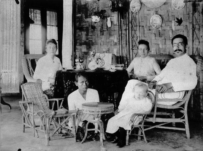 Baboe dalam keluarga Belanda di Indonesia