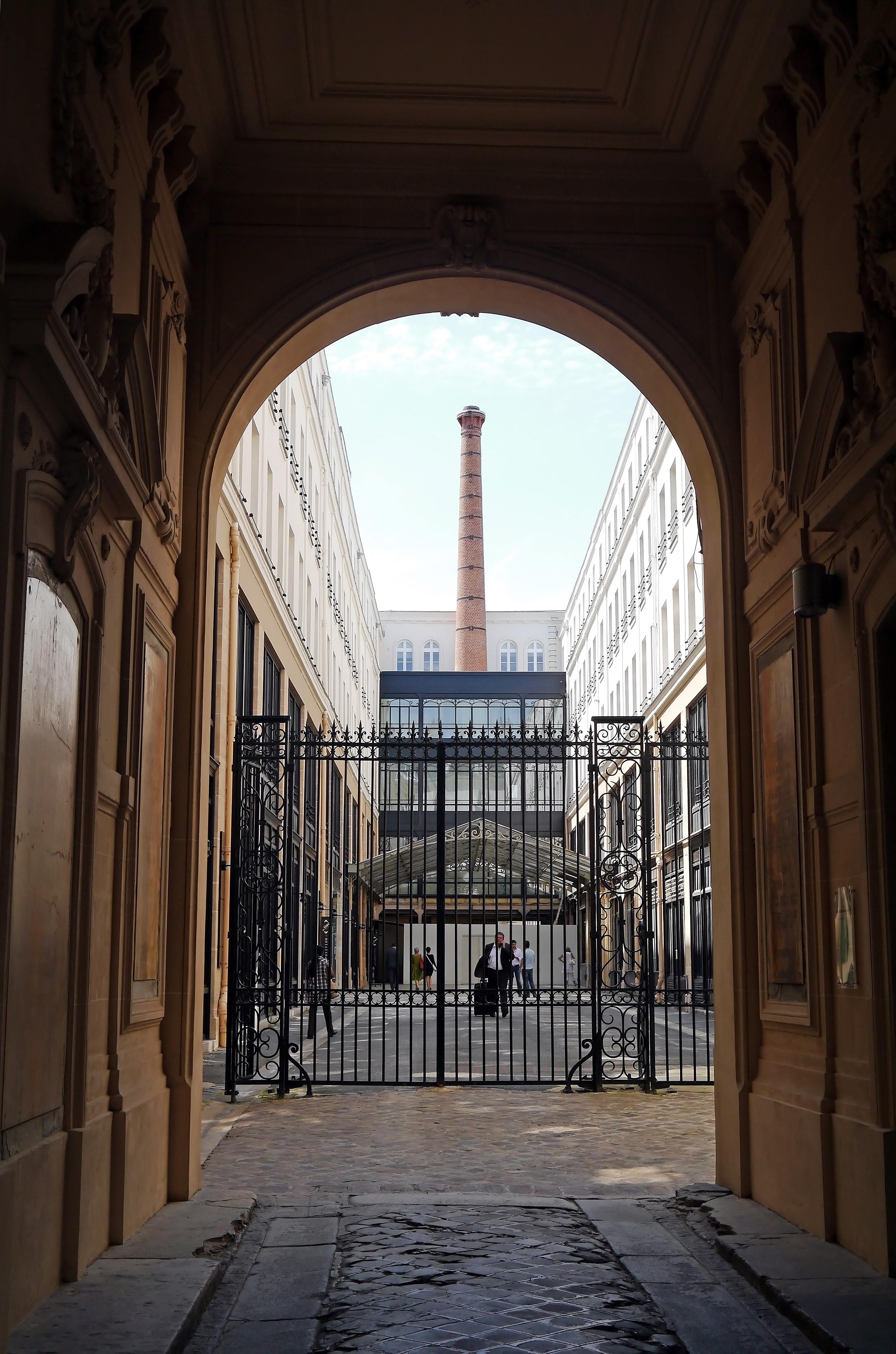 File chimney and courtyard 74 rue du faubourg saint antoine paris jpg wikimedia commons - Paris rue du faubourg saint antoine ...
