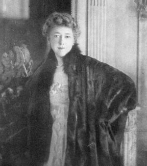 Elsie de Wolfe, photograph from The House in Good Taste, 1913 Elsiedewolfe.jpg