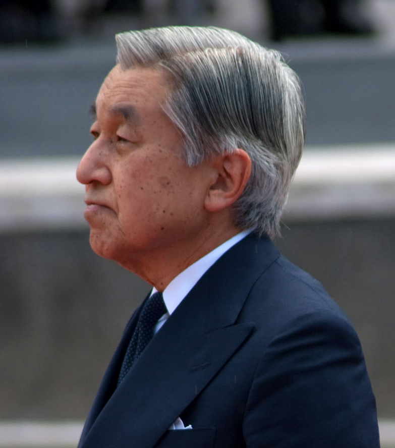 Emperor Akihito and Gene Castagnetti, Director of the National Memorial Cemetery of the Pacific, shared a moment of silence at the National Memorial Cemetery of the Pacific in Honolulu City, Hawaii State on July 15, 2009.