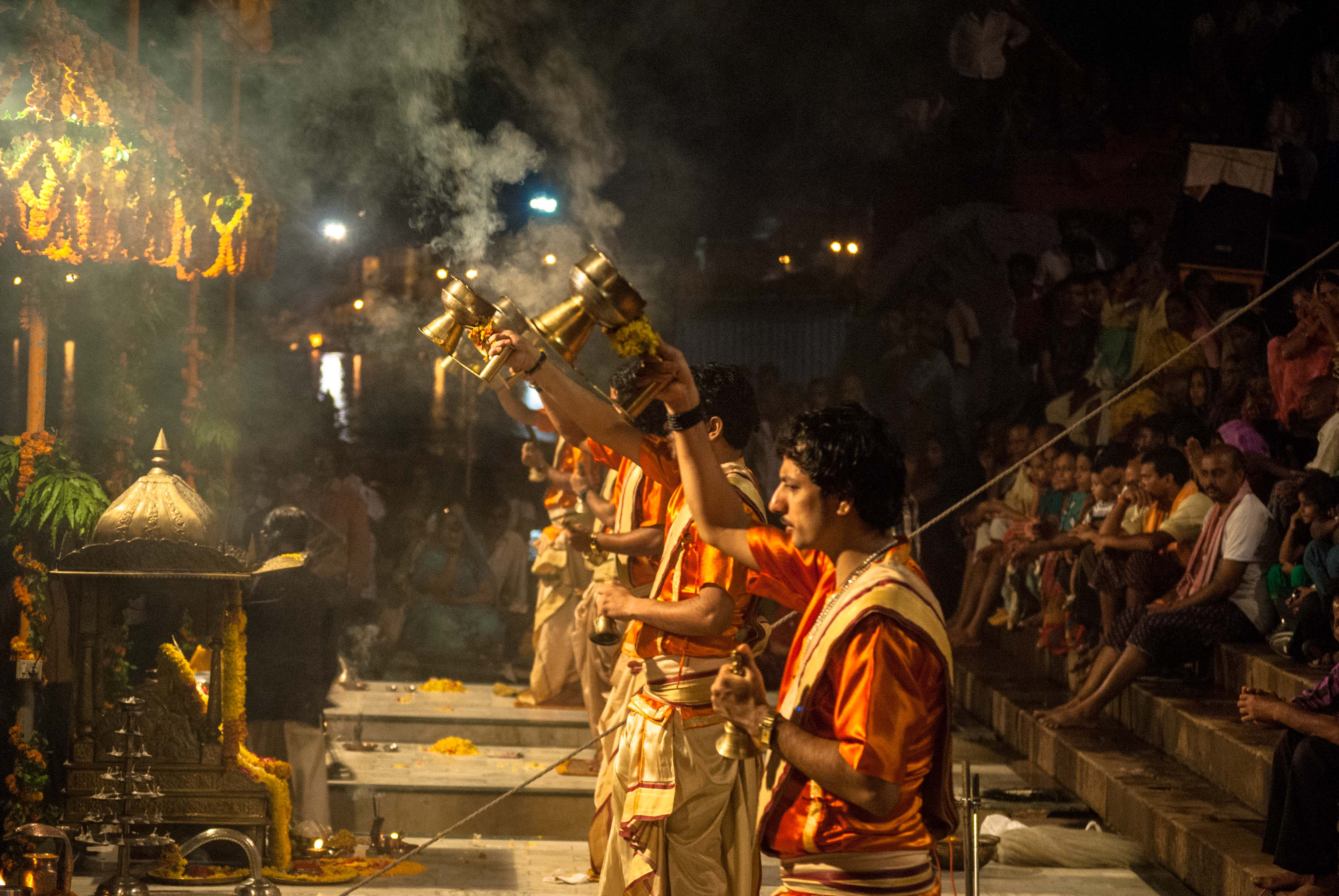 File:Ganga aarti with resin at Dasaswamedh Ghat, Varanasi 01.jpg ...