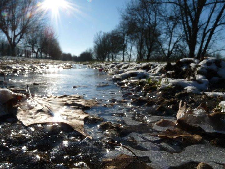 L'eau gelée de la Saône inondant les chemins de halage.