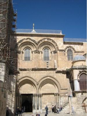 Hlavní vchod do baziliky Svatého hrobu