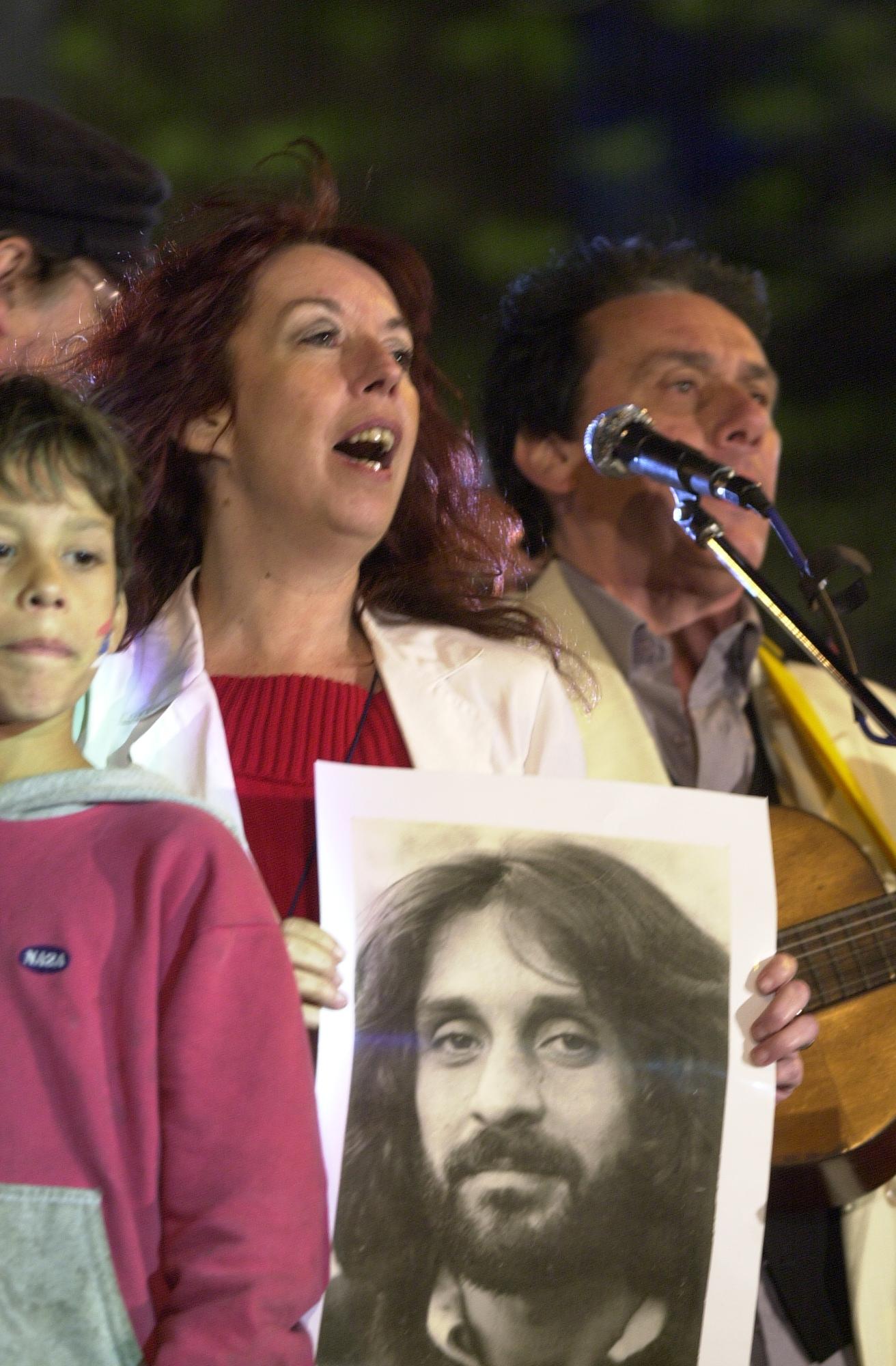 Los músicos Adriana Ducret (que sostiene una fotografía de Lazaroff) y Jorge Bonaldi en un homenaje a Jorge Lazaroff.