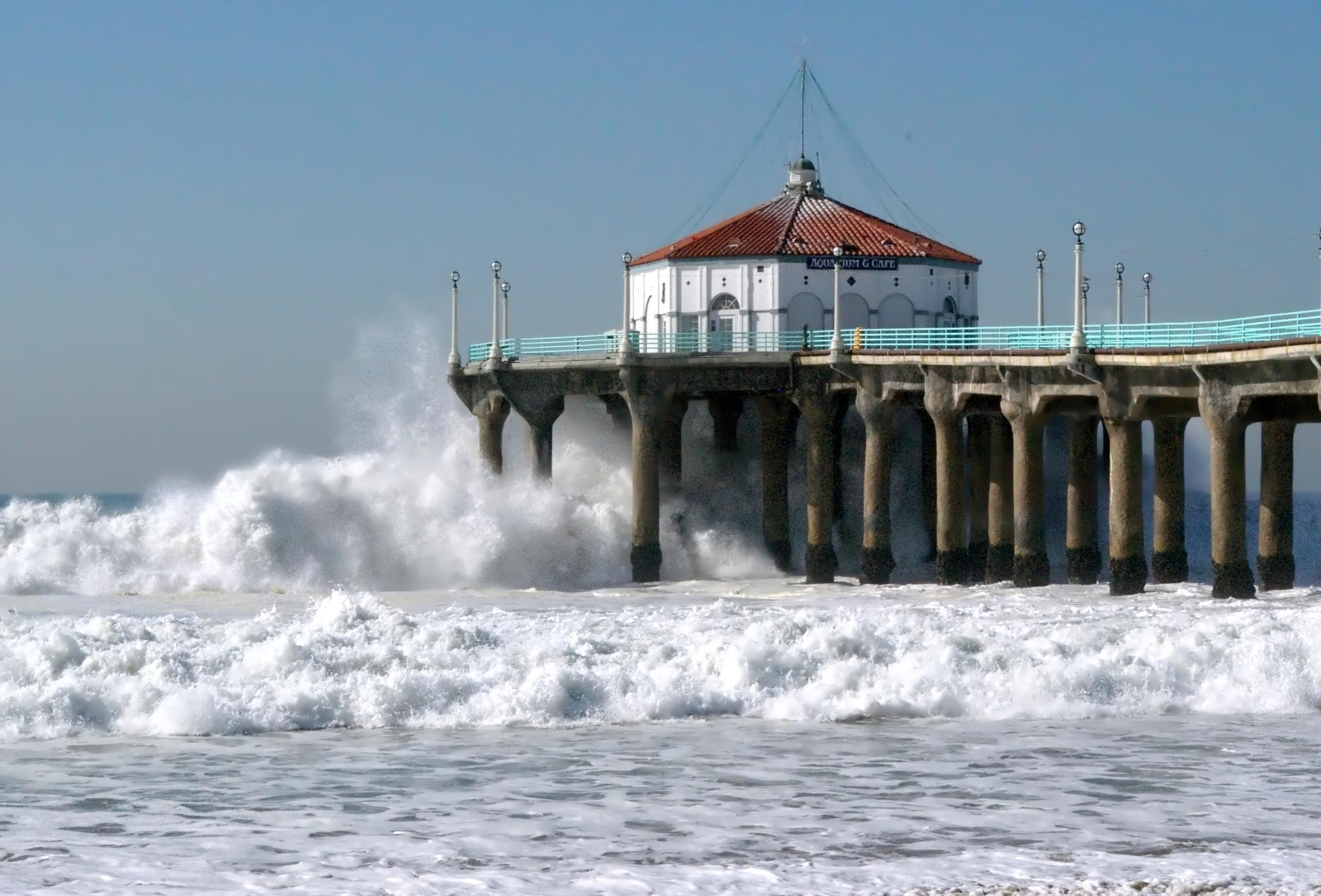 File Huge Surf Strikes The Manhattan Beach Pier During Gest Storm Of Winter 2007