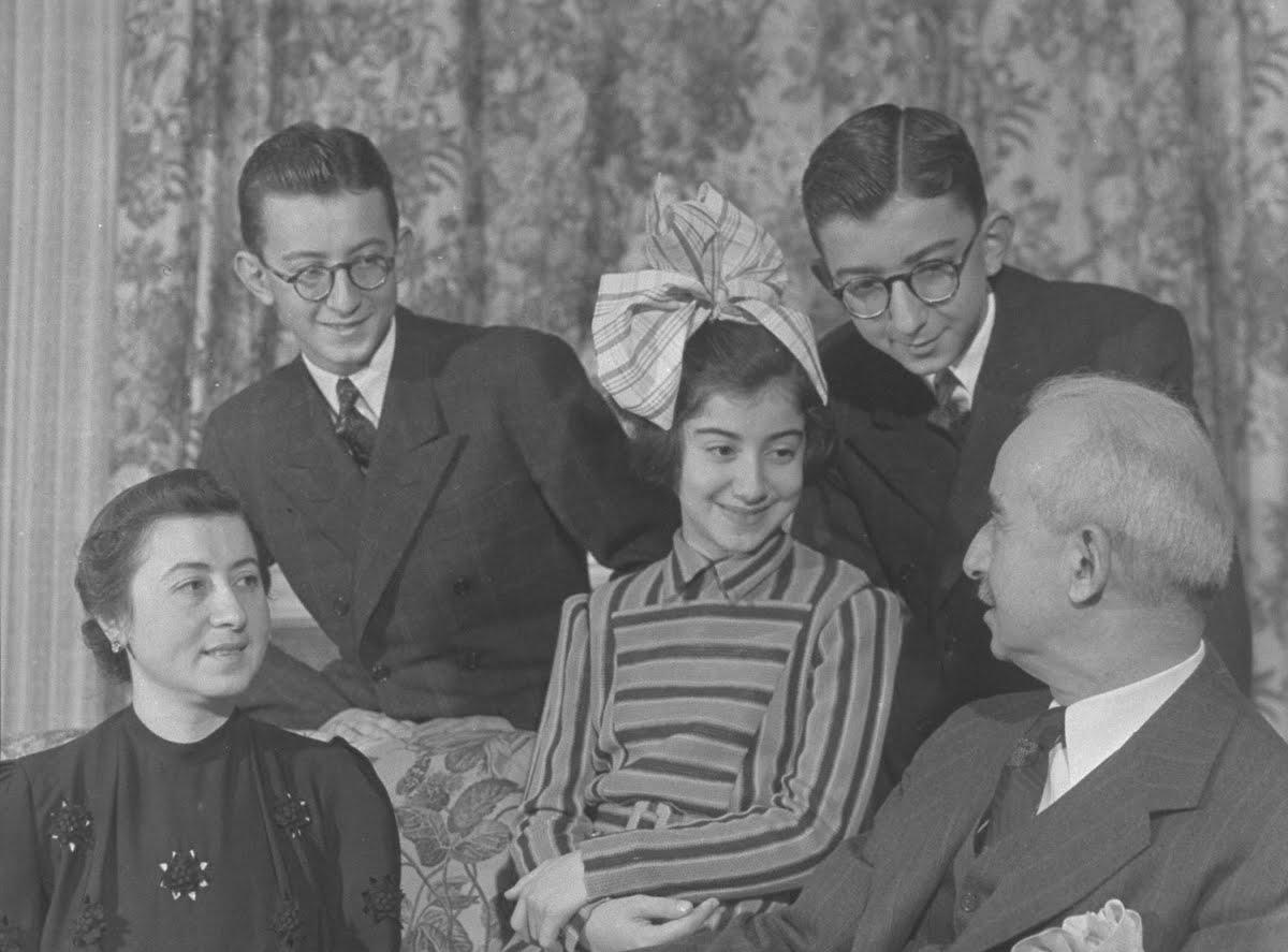 Erdal İnönü ailesiyle (sağ üstte)