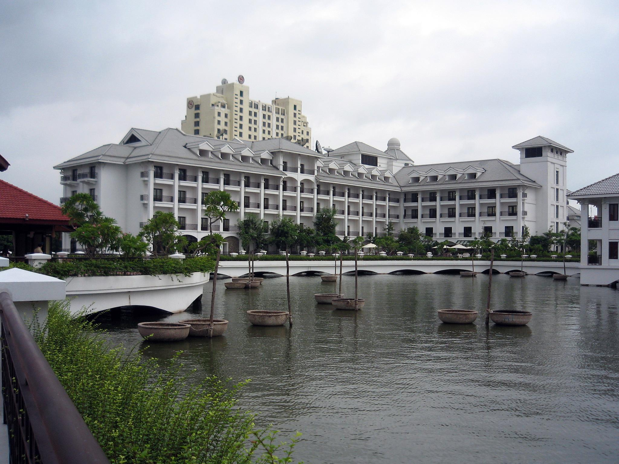 http://upload.wikimedia.org/wikipedia/commons/e/e9/InterContinental_Hanoi_Westlake_Hotel_2.jpg