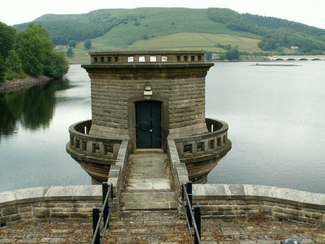 Ladybower Reservoir west-draw off tower - geograph.org.uk - 894063