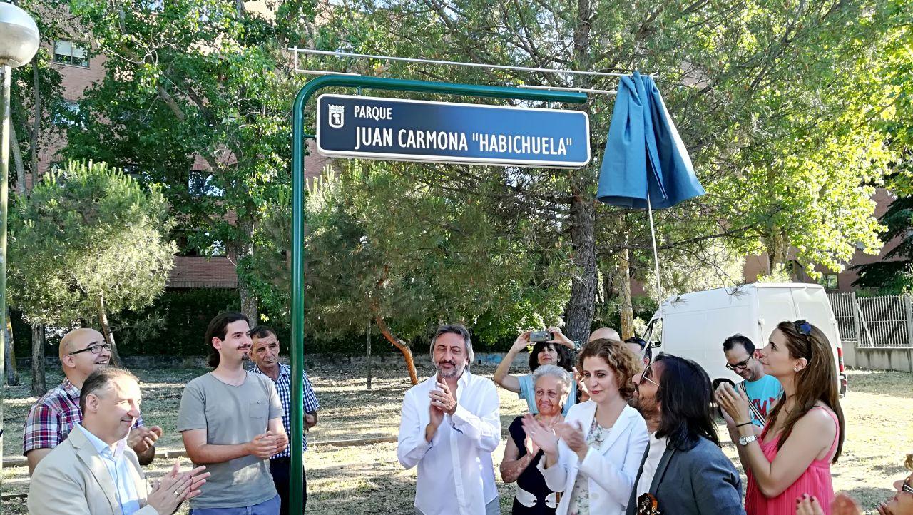Antonio Carmona (en el centro), en la inauguración del parque dedicado a su padre.