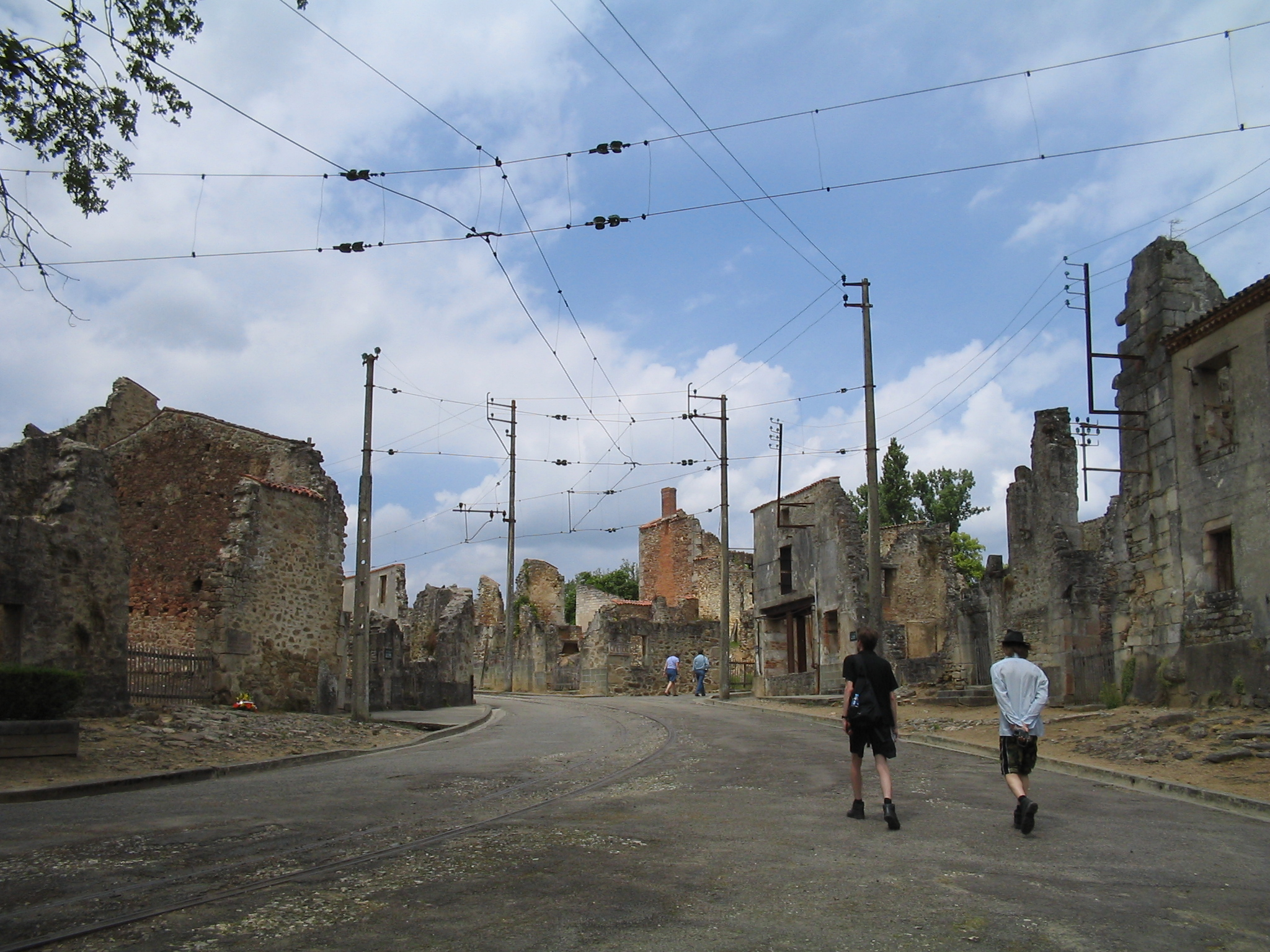 https://upload.wikimedia.org/wikipedia/commons/e/e9/Oradour-sur-Glane-Streets-1294.jpg