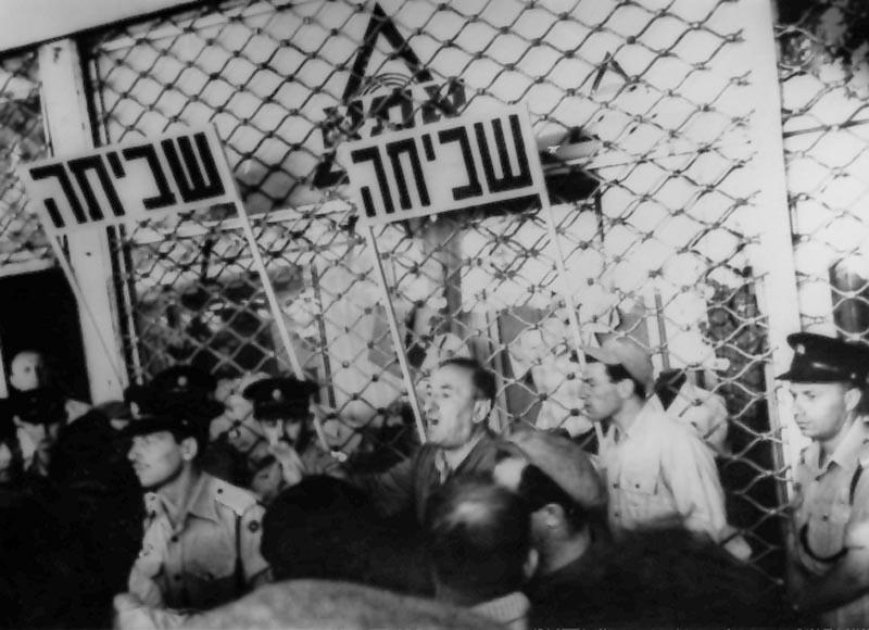 """פועלי """"אתא"""" מפגינים בחיפה"""