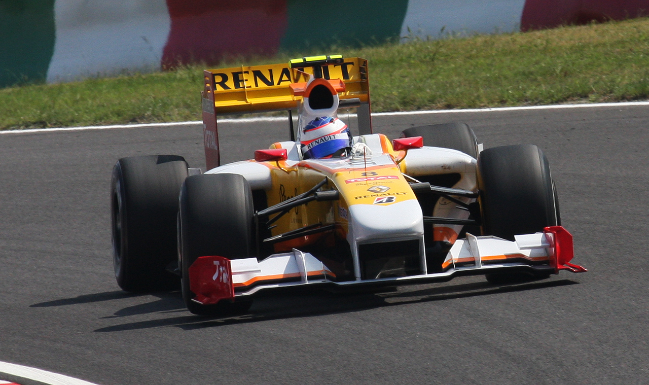 https://upload.wikimedia.org/wikipedia/commons/e/e9/Romain_Grosjean_2009_Japan_3rd_Free_Practice_1.jpg
