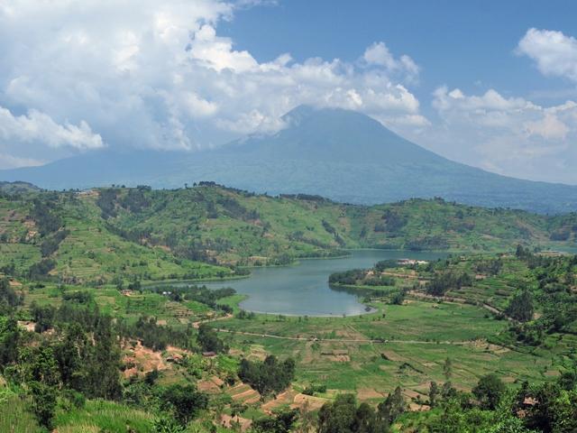 Datei:RwandaVolcanoAndLake cropped2.jpg