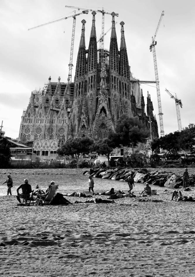 File:Sagrada Familia y Playa de la Mar Bella - Barcelona Multiverso.jpg