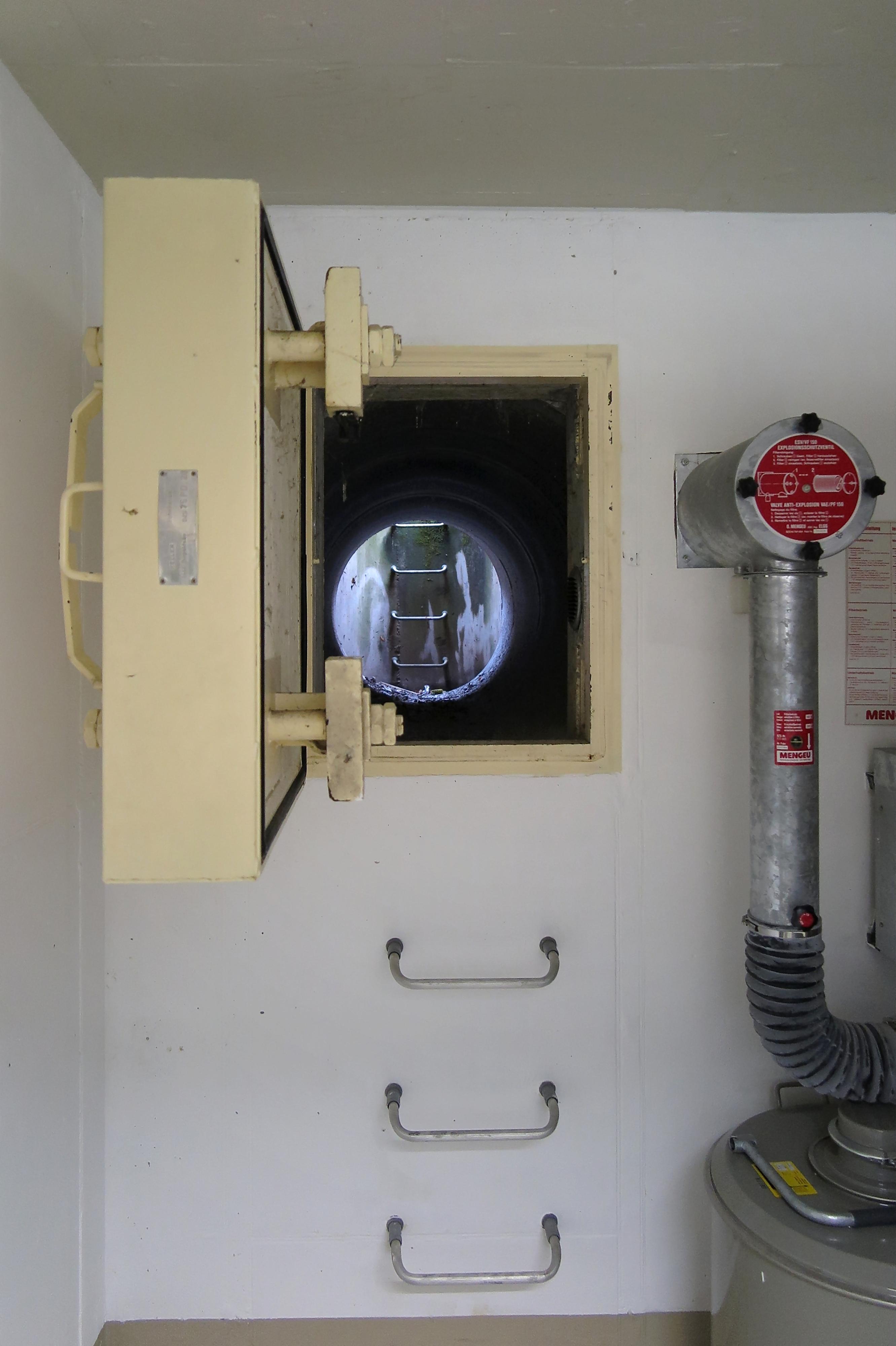 file swiss civil defense bunker 15275689104 jpg. Black Bedroom Furniture Sets. Home Design Ideas
