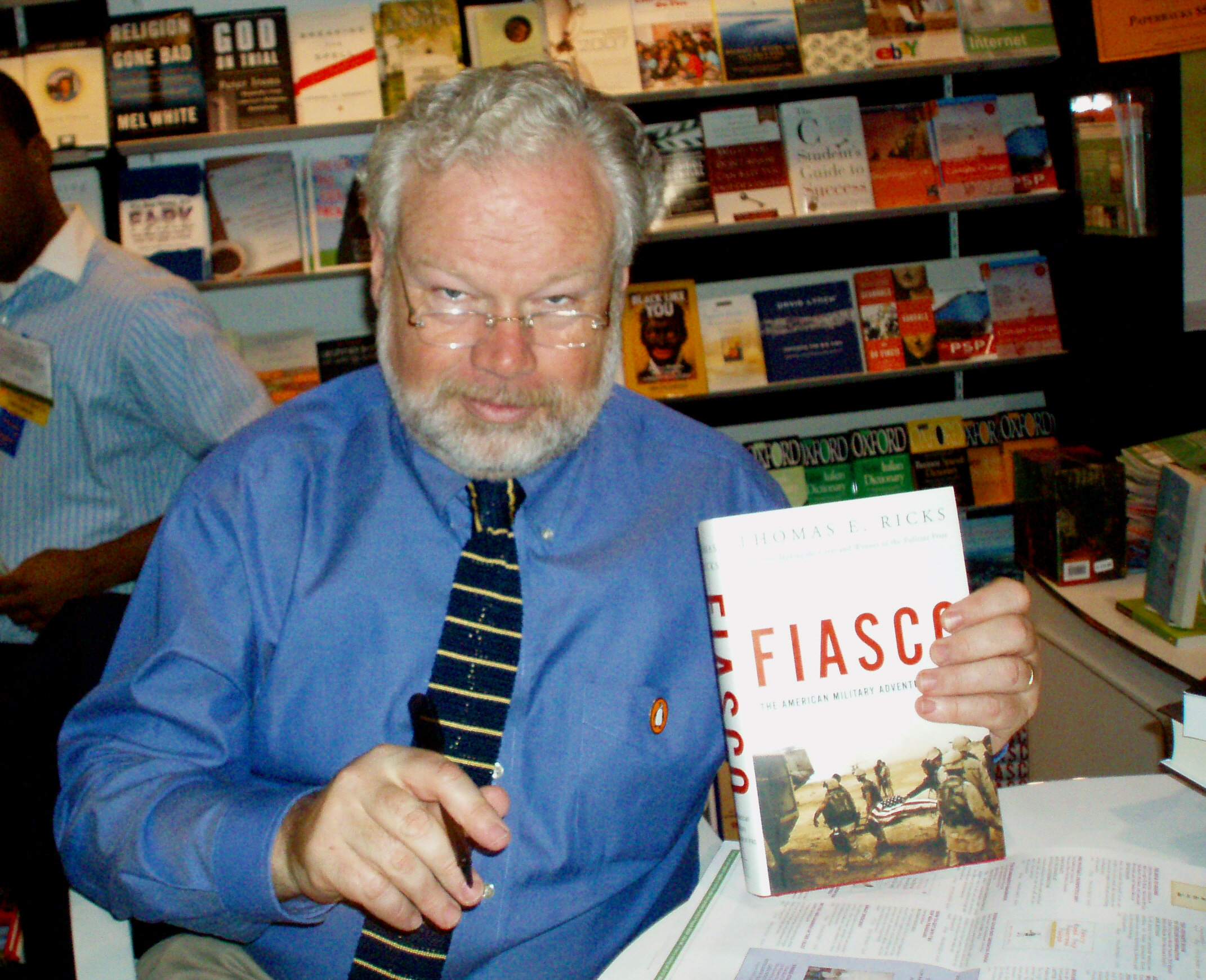 Ricks in 2007, posing with his book ''[[Fiasco (book)|Fiasco]]''