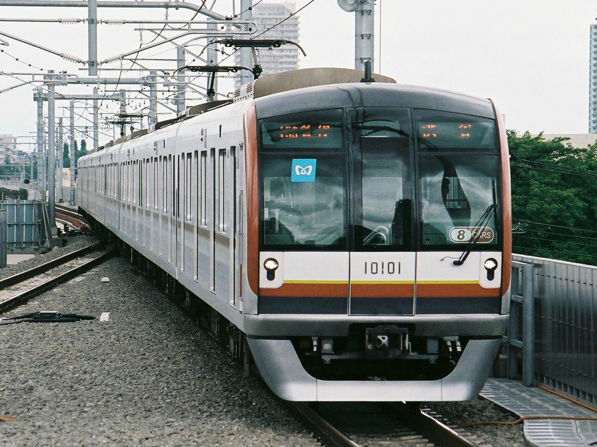 https://upload.wikimedia.org/wikipedia/commons/e/e9/TokyoMetro10101-8cars-Shakujii.jpg