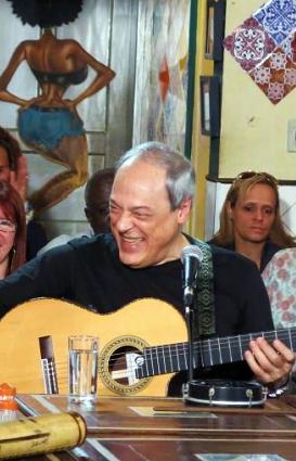 Toquinho en el programa televisivo Samba na Gamboa, en el canal TV Brasil.