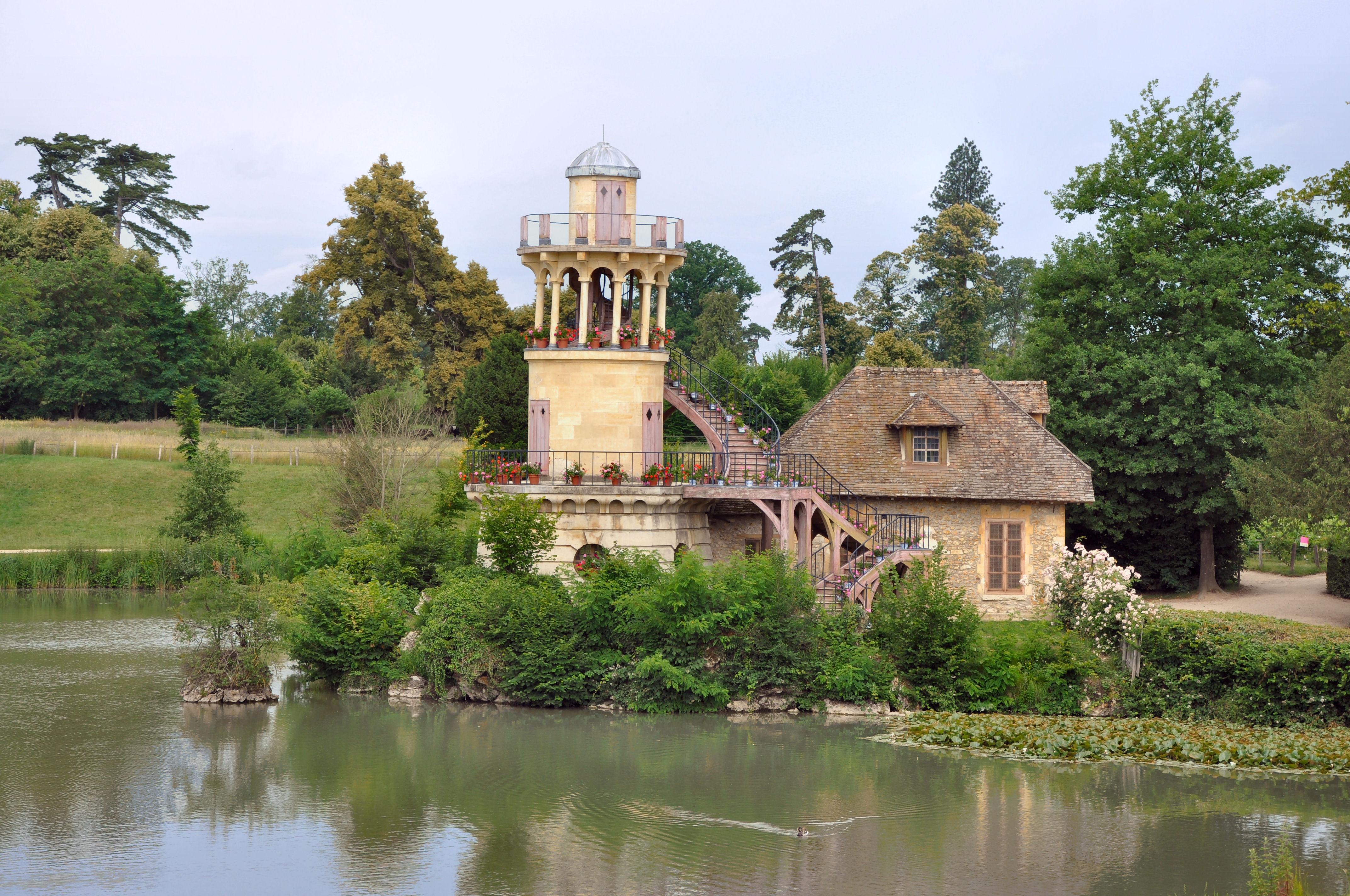 http://upload.wikimedia.org/wikipedia/commons/e/e9/Tour_Marlborough_et_laiterie.jpg