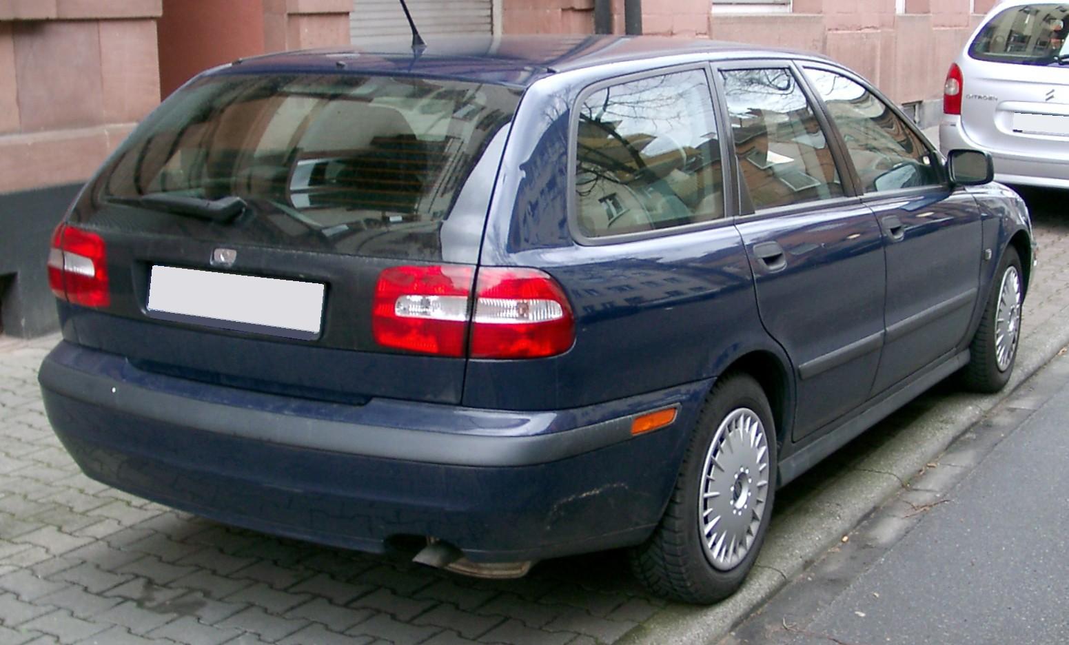 upload.wikimedia.org/wikipedia/commons/e/e9/Volvo_V40_rear_20080320.jpg