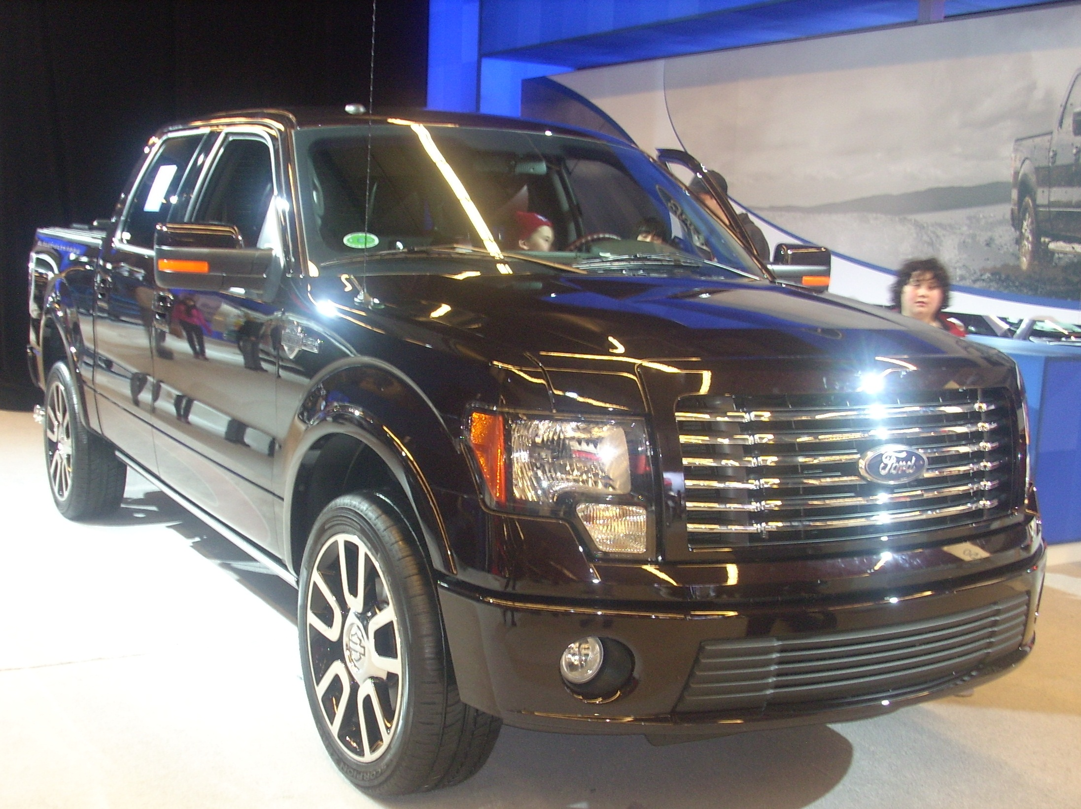 File:'10 Ford F-150 King Ranch Crew Cab (MIAS '10).jpg - Wikimedia ...