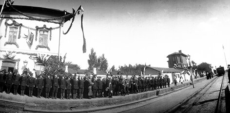 Построенные для встречи императора Николая 2 войска в ожидании приезда императора (сентябрь 1904 г.).