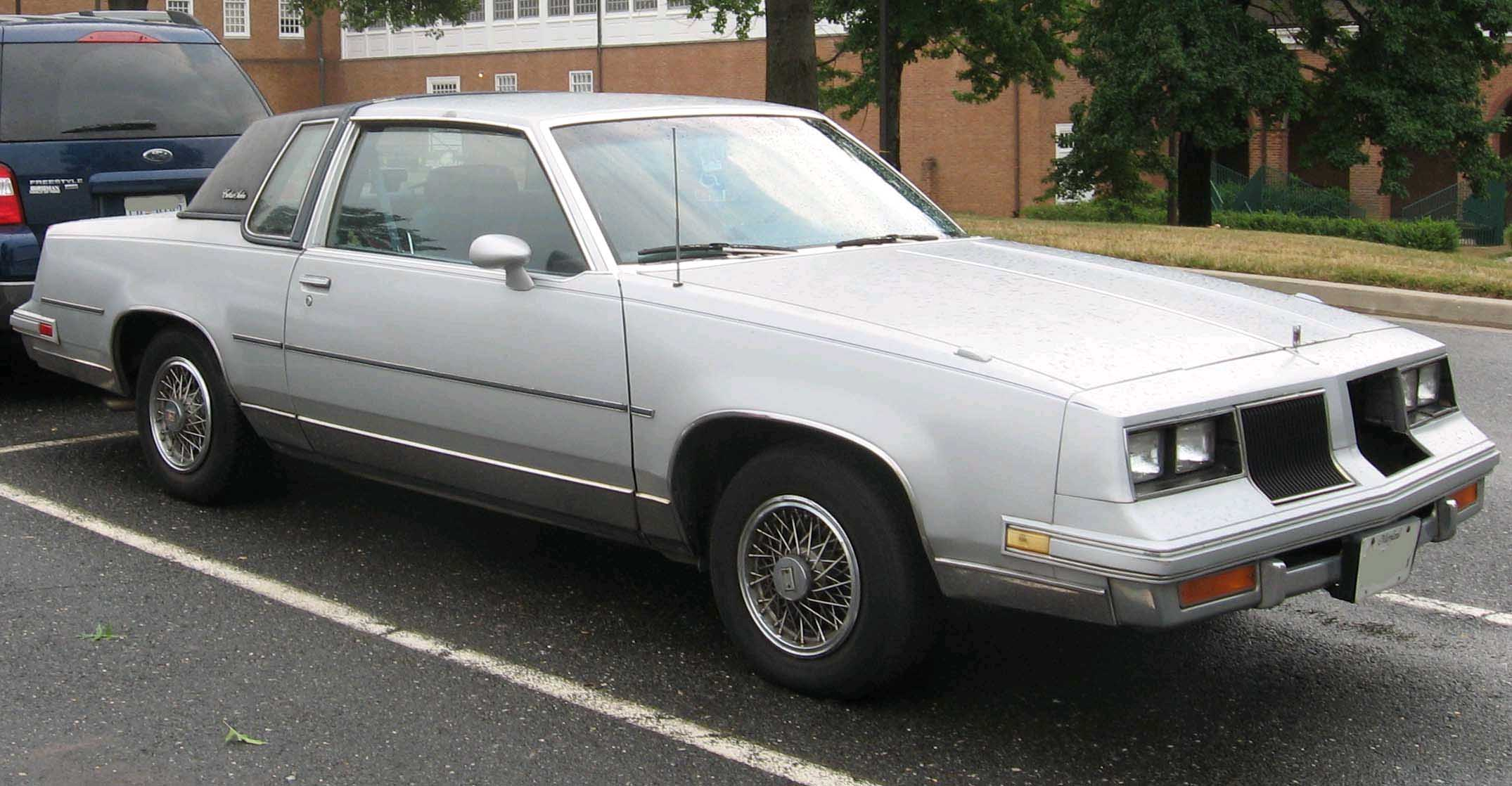File 1986 oldsmobile cutlass wikimedia commons for 1975 oldsmobile omega salon